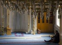 Los musulmanes encuentran paz leyendo el Quran en la mezquita Fotos de archivo