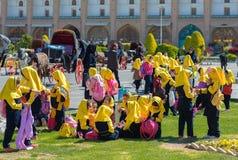 Los musulmanes jovenes celebran la terminación del curso académico fotos de archivo