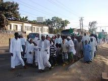 Los musulmanes marchan en un evento islámico en África Imagen de archivo libre de regalías