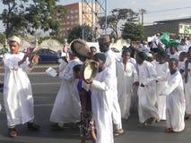Los musulmanes realizan un qasida en las calles de Nairobi Foto de archivo libre de regalías