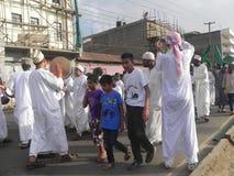 Los musulmanes realizan un qasida en las calles de Nairobi Fotos de archivo