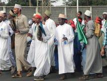 Los musulmanes realizan un qasida en las calles de Nairobi Fotografía de archivo