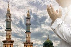 Los musulmanes religiosos, hombres están rogando a su dios del Islam foto de archivo libre de regalías