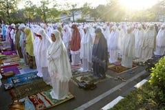 Los musulmanes ruegan imagen de archivo libre de regalías