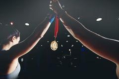 Los Muttahida Majlis-E-Amal soportan su mano con la medalla de oro fotografía de archivo