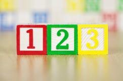 Los números 123 en bloques huecos del alfabeto Fotos de archivo