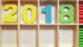 Los números coloreados en las células de madera forman el número 2018 Fotografía de archivo