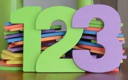 Los números coloridos 1, 2, 3, en fila de espuma juegan Imagenes de archivo