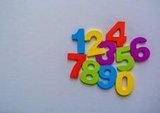 Los números numéricos fijaron de 0 a 9 en el fondo blanco y plano fotos de archivo