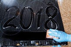 2018 los números se escriben en la superficie de espuma Fotografía de archivo