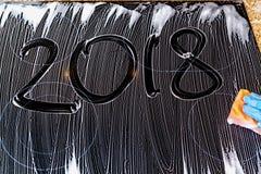 2018 los números se escriben en la superficie de espuma Foto de archivo