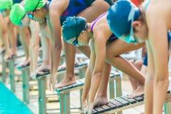 Los nadadores de sexo femenino consiguen listos y esperan su vuelta para nadar en un l imágenes de archivo libres de regalías