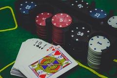 los naipes, cortan en cuadritos y las fichas de póker desde arriba en el póker verde fotografía de archivo libre de regalías