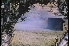 Los nativos americanos escapan a caballo el rancho ardiente metrajes