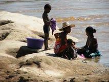 Los naturales malgaches acercan al río foto de archivo