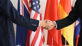 Los negocios dos hombre o los políticos sacuden la mano con las manos de un uso dos expresan su sensación para la enhorabuena metrajes