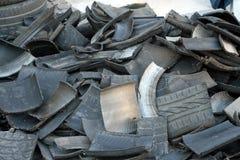 Los negros y los neumáticos de repuesto usados de coches abarrotaron Fotografía de archivo