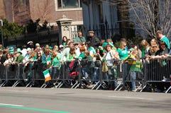 Los neoyorquinos esperan el desfile del día del St. Patrick Fotografía de archivo libre de regalías