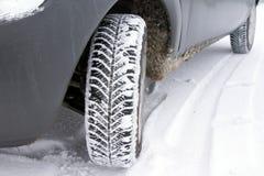 Los neumáticos en el camino se cubren con nieve en un día de invierno fotografía de archivo