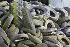 Los neumáticos inútiles llenaron alto Imágenes de archivo libres de regalías
