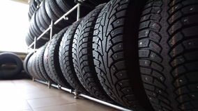 Los neumáticos para ruedan adentro la tienda de las piezas de automóvil almacen de video