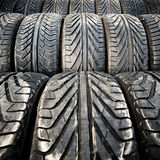 Los neumáticos de coche viejos usados detallan el modelo, el fondo o la textura Fotografía de archivo libre de regalías