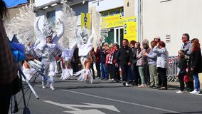 Los ?ngeles desfilan en el carnaval de Limoux en Aude, Francia metrajes
