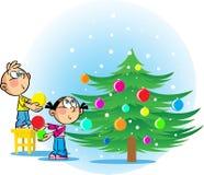 Los niños adornan el árbol de navidad Imagen de archivo