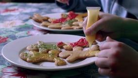 Los niños adornan las galletas almacen de video