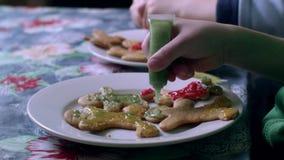 Los niños adornan las galletas metrajes