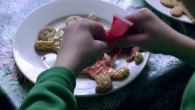 Los niños adornan las galletas almacen de metraje de vídeo