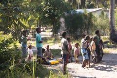 Los niños africanos que bailaban al uno mismo hicieron música en Tofo Fotografía de archivo
