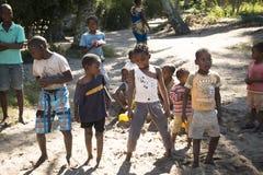 Los niños africanos que bailaban al uno mismo hicieron música en Tofo Foto de archivo libre de regalías