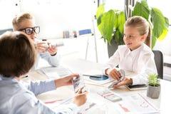 Los niños agradables optimistas están ganando el dinero Imagen de archivo libre de regalías
