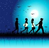 Los niños agrupan en la naturaleza, escena de la noche Imagen de archivo