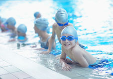 Los niños agrupan en la piscina imagen de archivo libre de regalías