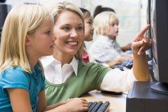 Los niños aprenden cómo utilizar los ordenadores imagenes de archivo