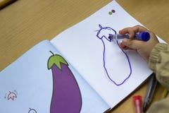 Los niños aprenden dibujar foto de archivo