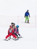 Los niños aprenden esquiar en las montañas, Sochi Fotos de archivo