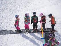 Los niños aprenden esquiar Escuela del esquí en las montañas, Austria, Zams el 22 de febrero de 2015 Fotografía de archivo libre de regalías