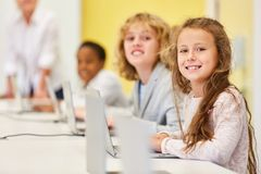 Los niños aprenden la instrucción de los medios y de informática fotografía de archivo libre de regalías