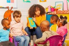 Los niños aprenden letras en alfabeto en cuarto de niños fotos de archivo libres de regalías