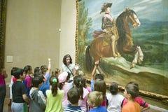 Los niños aprenden sobre pinturas en Museum de Prado, museo de Prado, Madrid, España imagen de archivo