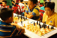 Los niños asiáticos, ajedrez compiten, deporte de la inteligencia Foto de archivo