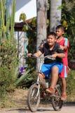 Los niños asiáticos están montando la bicicleta fotos de archivo libres de regalías