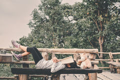 Los niños asiáticos felices con el oso de peluche en naturaleza, relajan tiempo en ho Imágenes de archivo libres de regalías