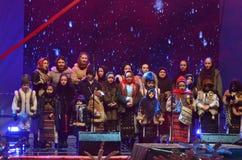 Los niños cantan canciones rumanas del villancico de la Navidad fotografía de archivo libre de regalías