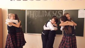 Los niños celebran el final del año escolar almacen de metraje de vídeo