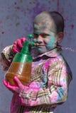 Los niños celebran Holi en Vrindavan, Uttar Pradesh, la India imagen de archivo