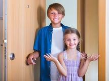 Los niños cerca abrieron la puerta Imágenes de archivo libres de regalías